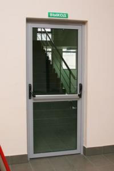 противопожарные двери со стеклом из стального профиля